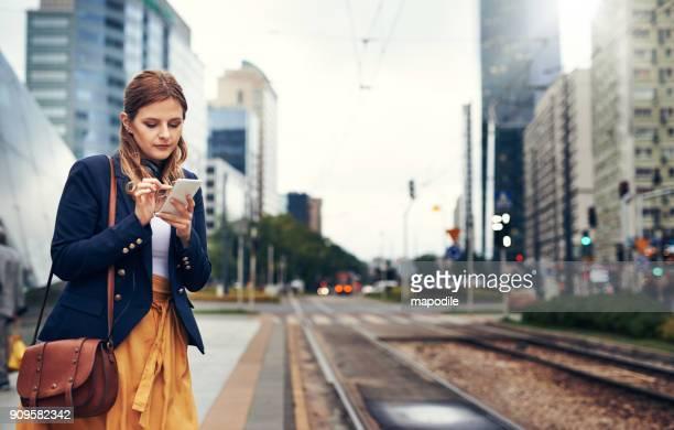 wachten op het openbaar vervoer te komen - tram stockfoto's en -beelden