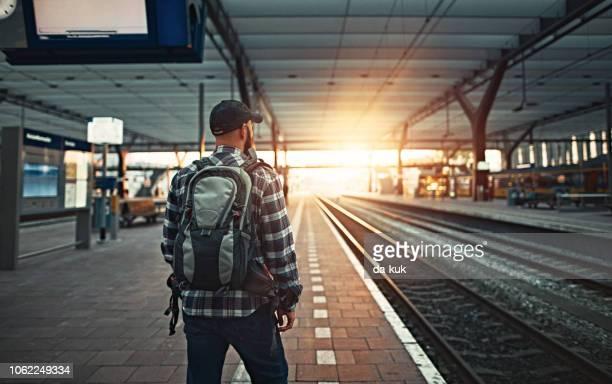wachten op de trein bij station - rotterdam stockfoto's en -beelden