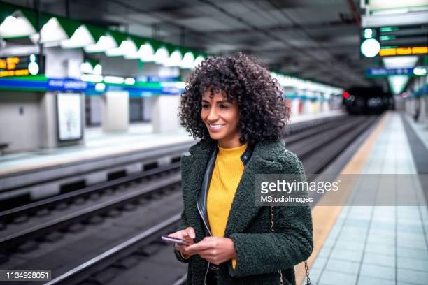 sto aspettando il treno. - metropolitana foto e immagini stock