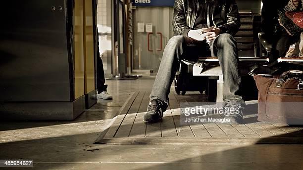 waiting for the train - guy carcassonne photos et images de collection