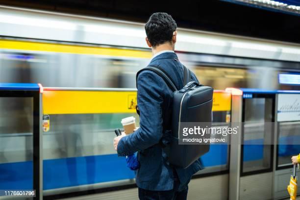 aspettando il treno in metropolitana - metropolitana foto e immagini stock