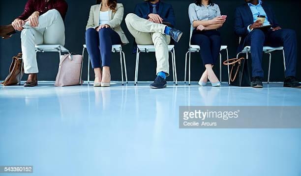 esperando en línea - contratación fotografías e imágenes de stock
