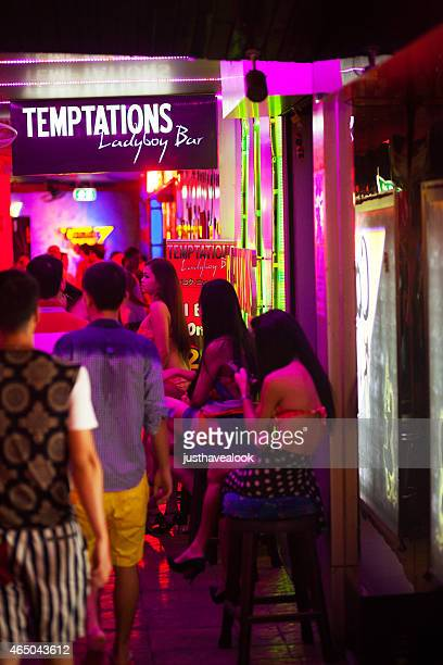 espera ladyboy prostitutas - kathoey fotografías e imágenes de stock