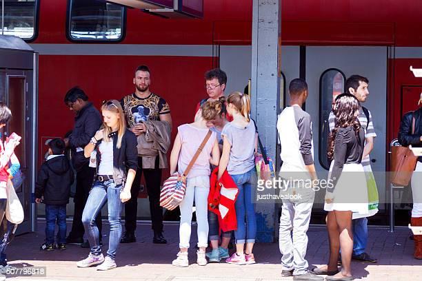 personas esperando en la plataforma de estación de dortmund - dortmund ciudad fotografías e imágenes de stock