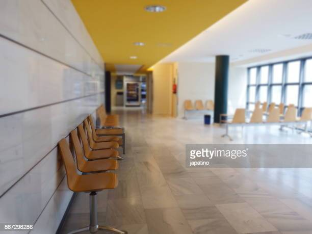 waiting room of a hospital with machines for drinks and snacks - helicobacter pylori stockfoto's en -beelden