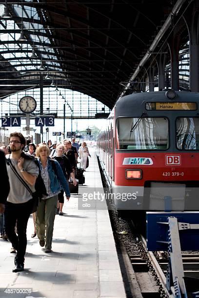 Warten S-Bahn und Reisende, die am Hauptbahnhof in Wiesbaden