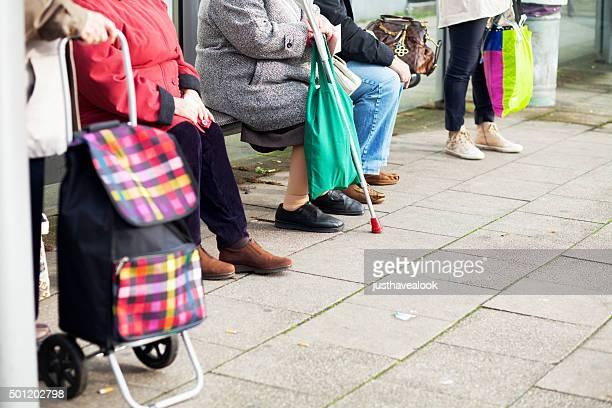 Waiting Senioren an der Bushaltestelle