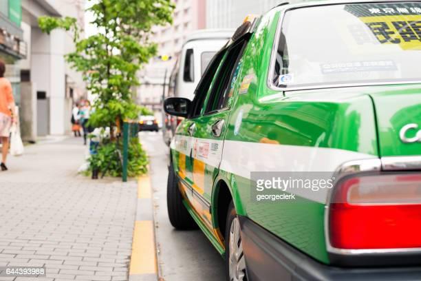東京の通りでタクシーを待っています。
