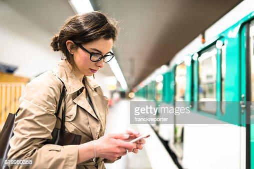 Attendre le train de la station de métro à Paris