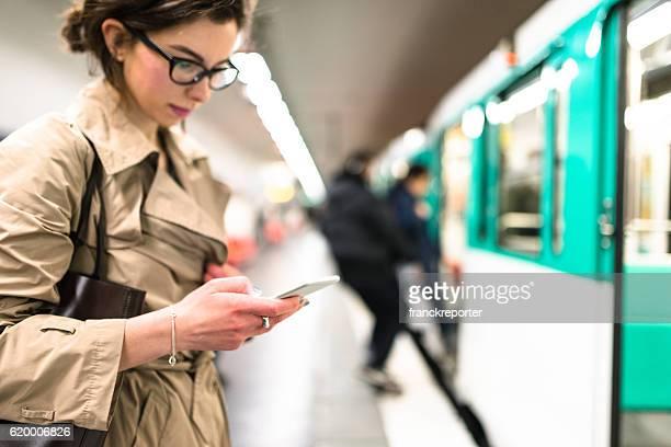 Warten dem Zug in Paris U-Bahn-station