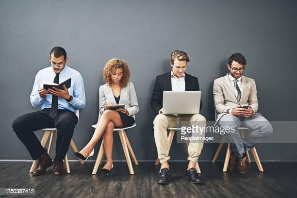 aspettando il loro turno per un colpo di successo - navigare in internet foto e immagini stock