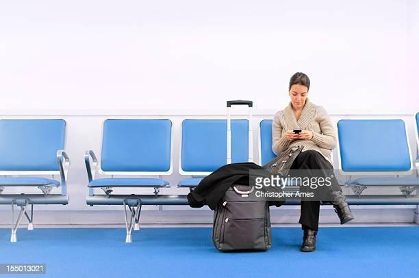Warten Traveller er ein Smartphone benutzt