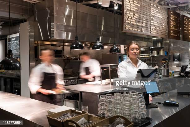 serveerster een nieuwe bestelling toevoegen met een tablet - voedingsindustrie stockfoto's en -beelden