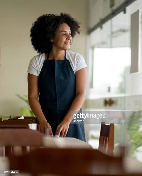 empregada de limpeza as tabelas em um restaurante - garçonete - fotografias e filmes do acervo