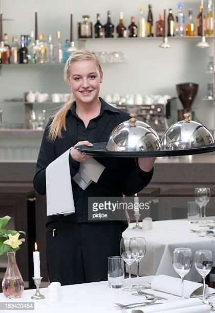 Kellnerin halten Tablett im restaurant