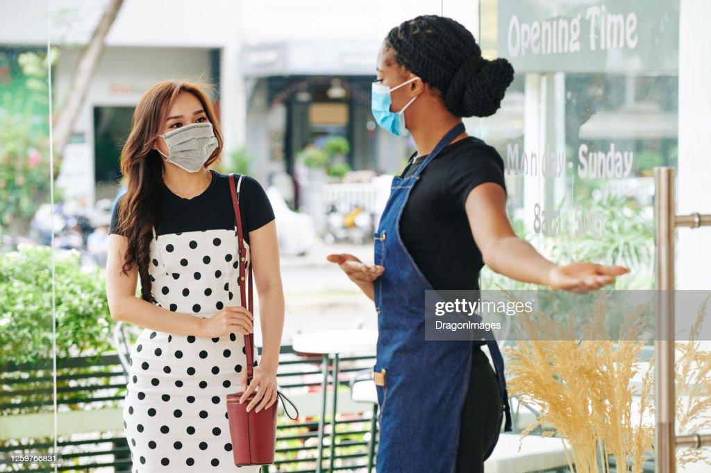 お客様を招待医療マスクのウェイトレス : ストックフォト
