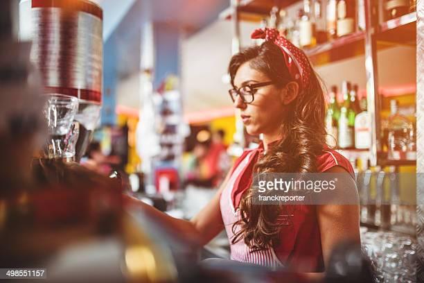 Kellnerin die Zubereitung von Kaffee an der bar