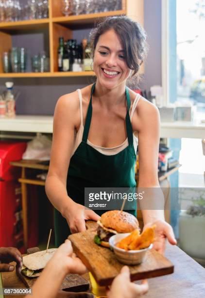 Kellnerin serviert Essen in einem restaurant