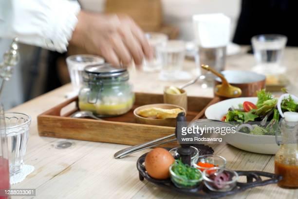 waitress serving  food on the dining table - mensch im hintergrund stock-fotos und bilder