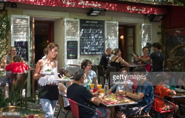 kellnerin serviert essen, saint germain, paris, frankreich - terrassenfeld stock-fotos und bilder