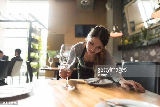 garçonete, pôr a mesa em um restaurante - arranjo - fotografias e filmes do acervo