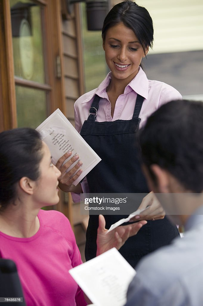 Waitress taking order of couple : Stockfoto