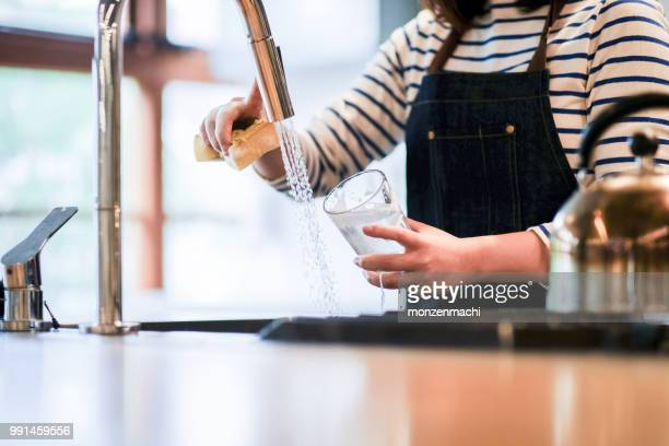 servitrisen tvätt glas i köket restaurang - ho bildbanksfoton och bilder