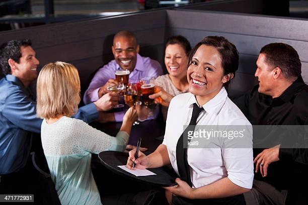 Serveuse avec un groupe de clients