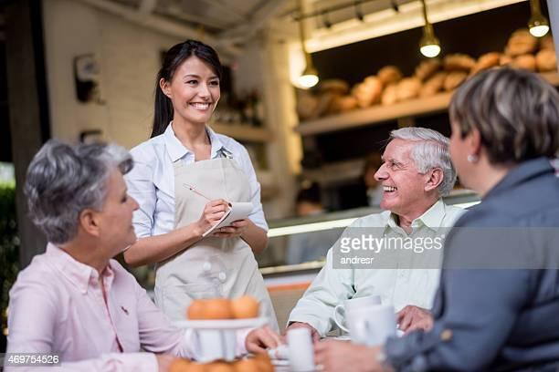 Empregada de Mesa trabalhar em uma casa de Café