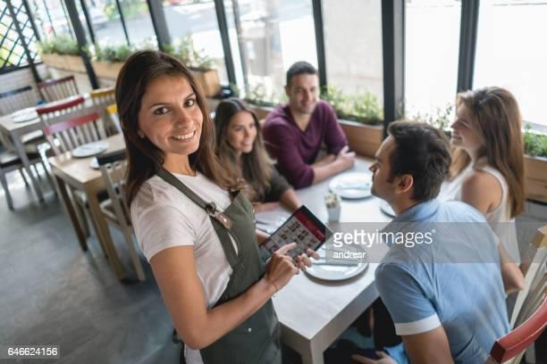 Kellnerin in einem restaurant