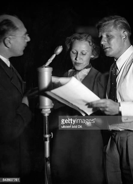 Waitzmann Kurt Actor Voice actor Germany* and actress Gerda Paulick are receiving a briefing from Werner Illing for the radio play 'Der Tag klingt...