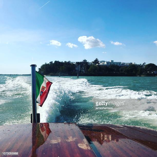 wake behind a boat leaving sacco sessola, venice, veneto, italy - heck stock-fotos und bilder