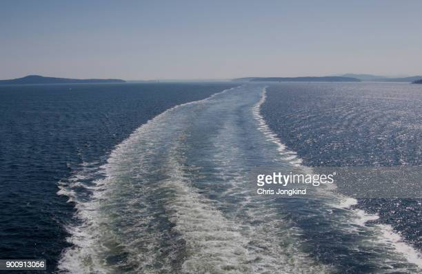 wake behind boat - ferry stock pictures, royalty-free photos & images