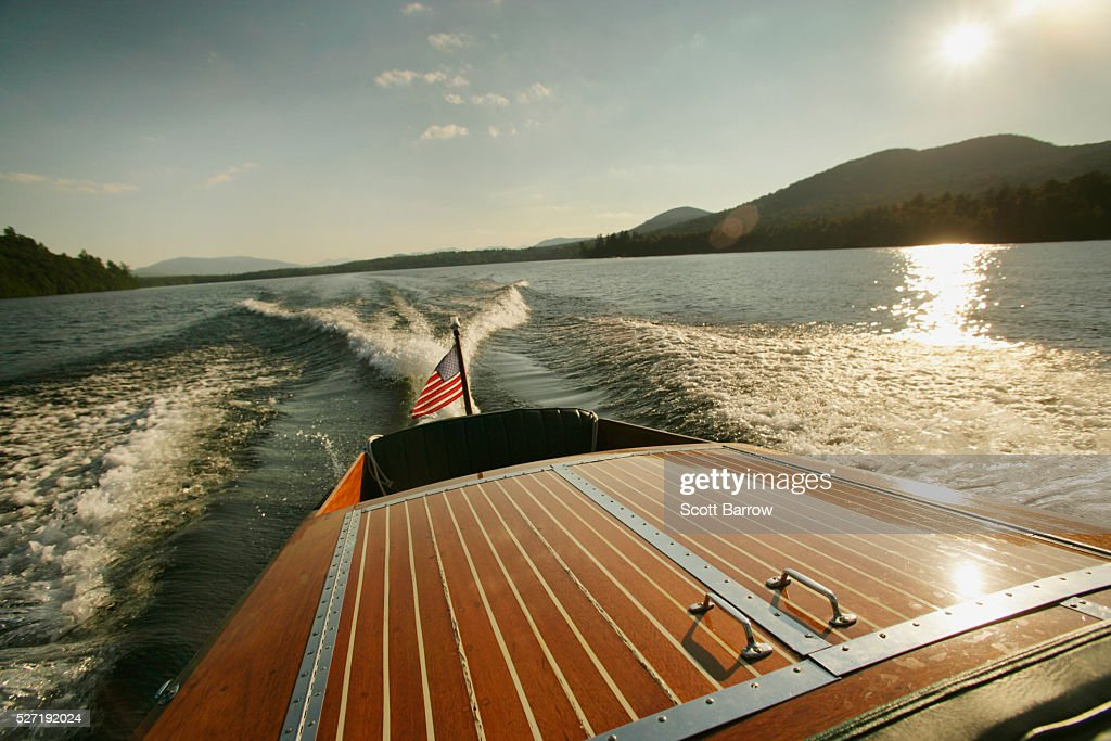 Wake of wooden inboard motorboat on a lake : Foto de stock