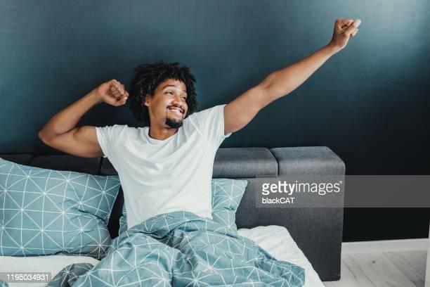 se réveiller avec un sourire - personne sereine photos et images de collection