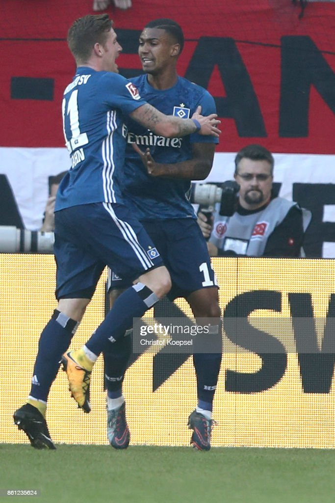 Walace of Hamburger SV (R) celebrates the first goal with Andre Hahn of Hamburger SV (L) during the Bundesliga match between 1. FSV Mainz 05 and Hamburger SV at Opel Arena on October 14, 2017 in Mainz, Germany.