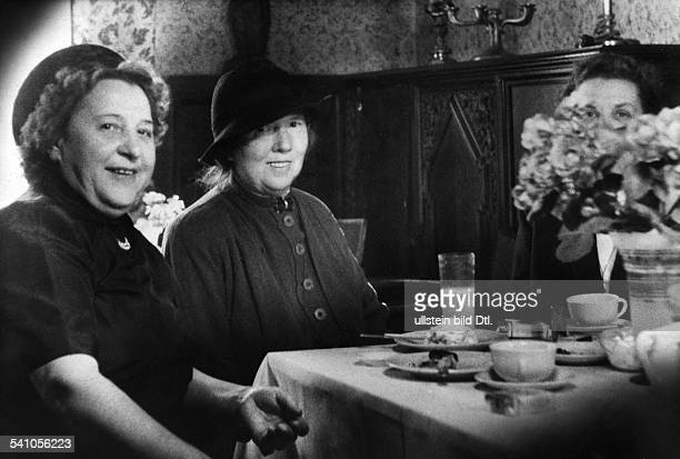Waldoff Claire Singer Cabaret artist Germany*21101884with friends sitting at the coffee table Photographer Charlotte Willott probably 1954Vintage...