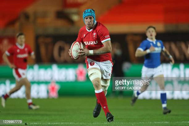 Wales' flanker Justin Tipuric runs with the ball during the Autumn Nations Cup international rugby union match between Wales and Italy at Parc y...