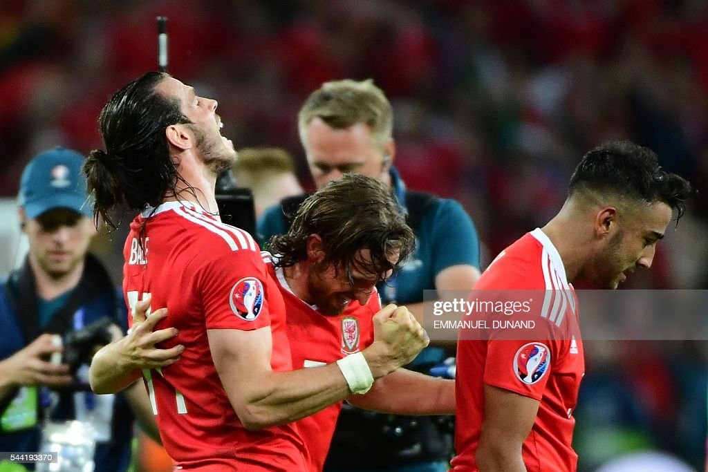 Wales' forward Gareth Bale (L) celebrates with Wales' midfielder Joe Allen and Wales' defender Neil Taylor after the Euro 2016 quarter-final football match between Wales and Belgium at the Pierre-Mauroy stadium in Villeneuve-d'Ascq near Lille, on July 1, 2016. Wales won the match 3-1. / AFP / EMMANUEL