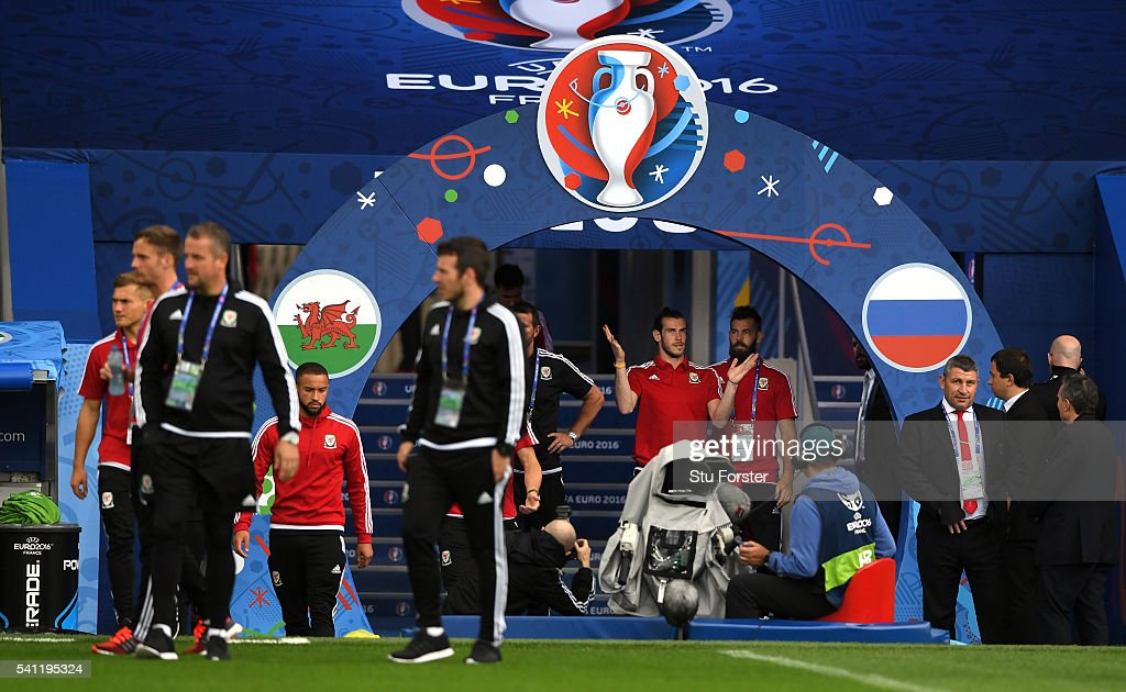 Wales player Gareth Bale (c) makes a point to Joe Ledley prior to Wales training ahead of their Euro 2016 game against Russia at Stadium Muncipal on June 19, 2016 in Toulouse, France.