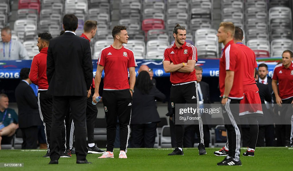 Wales player Gareth Bale (2nd r) shares a joke with team mates ahead of their Euro 2016 game against Russia at Stadium Muncipal on June 19, 2016 in Toulouse, France.