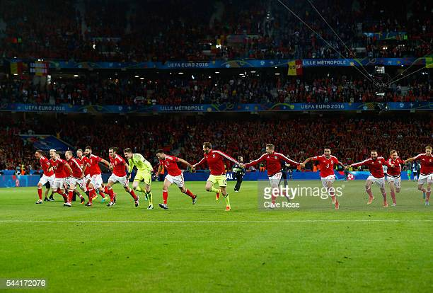 Wales players celebrate their team's 31 win after the UEFA EURO 2016 quarter final match between Wales and Belgium at Stade PierreMauroy on July 1...