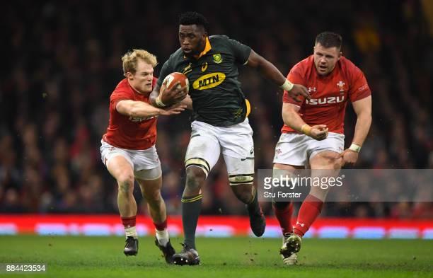 Wales scrum half Aled Davies and Rob Evans chase Springboks player Siya Kolisi during the International between Wales and South Africa at at...