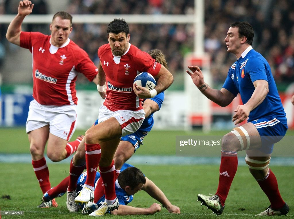 Wale's scrum half Mike Phillips (2nd L) runs with the ball next to France's number 8 Louis Picamoles (R) during the Six Nations Rugby Union match between France and Wales at the Stade de France on February 9, 2013 in Saint-Denis, north of Paris.