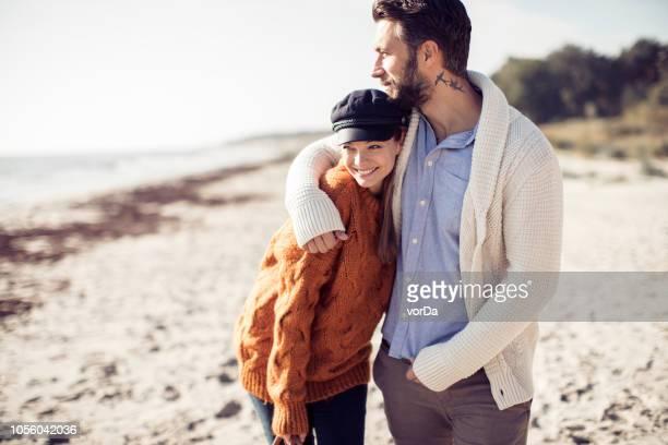 wandelen aan het strand - kustlijn kust karakteristiek stockfoto's en -beelden