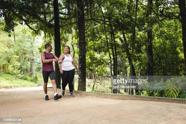 caminhada no parque público da cidade - andar - fotografias e filmes do acervo