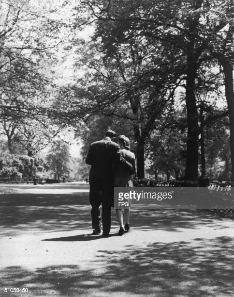 Couple strolling together in Hyde Park, London, circa 1945.