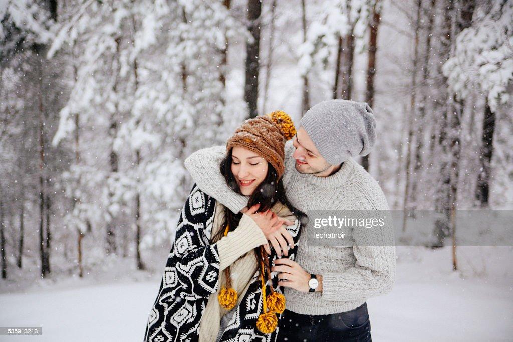 Caminar en la nieve : Foto de stock