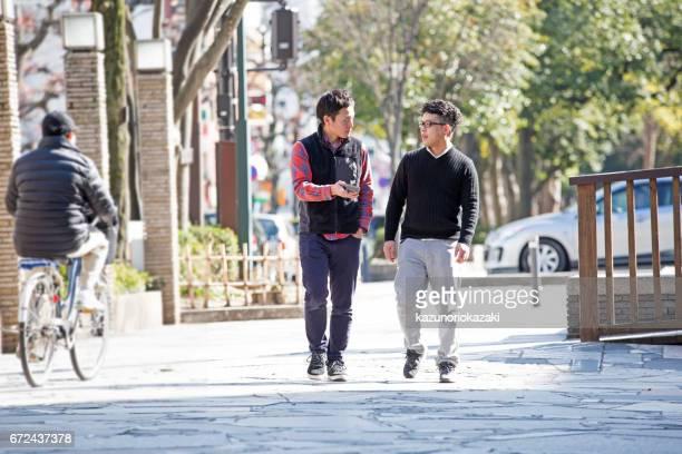 2 つの若い男性の散歩