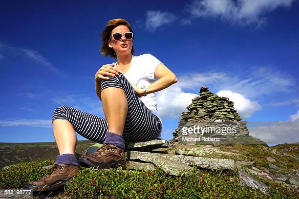 walker in the black mountains, wales - crickhowell foto e immagini stock